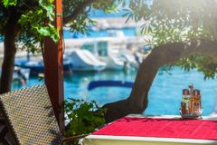 en sikt för sommarterrasssjösida av den traditionella europeiska mediterranen Royaltyfri Bild