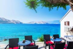 en sikt för sommarterrasssjösida av den traditionella europeiska mediterranen Royaltyfri Fotografi
