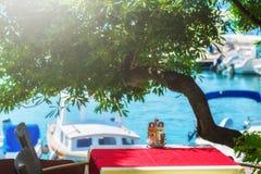 en sikt för sommarterrasssjösida av den traditionella europeiska mediterranen Royaltyfria Foton