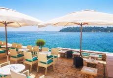 en sikt för sommarterrasssjösida av den traditionella europeiska mediterranen Arkivbilder