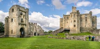 En sikt en forntida slott på en grön kulle royaltyfri fotografi