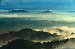 En sikt från berg till dalen som täckas med smog i Thailand Arkivbilder