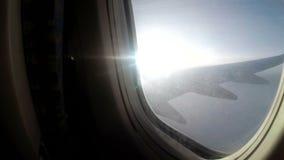 En sikt från fönstret av ett passagerareflygplan som lågt flyger över molnen i dåligt väder stock video