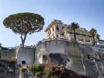 En sikt från havet av träd och byggnader i Italien royaltyfri fotografi