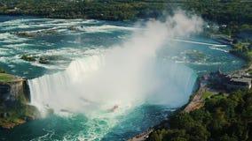 En sikt från ovannämnt av det berömda Niagaraet River och en vattenfall i formen av en hästsko lager videofilmer