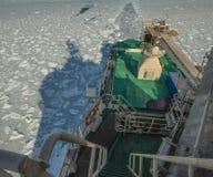 En sikt från ovannämnt av en rysk militär isbrytare i isen av Kara Sea Den arktiska expeditionen Royaltyfri Fotografi