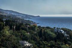En sikt från ovannämnt av staden, havet och bergen under en storm Royaltyfria Foton