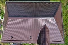 En sikt från ovannämnt på taket av huset Taket av det korrugerade arket Taklägga av krabb form för metallprofil arkivbild