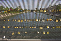 En sikt från Pont des Arts i Paris med lås Arkivfoton