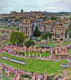 En sikt från Roman Forum som är det viktigaste forumet i forntida Rome royaltyfri fotografi