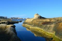 En sikt från Sliema den steniga kusten i Malta Royaltyfri Fotografi