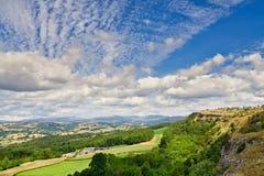 En sikt från spanar Scar som ser över den Lyth dalen till det avlägsna sjöområdet fotografering för bildbyråer