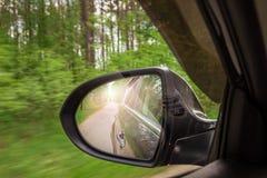 En sikt i spegeln för sidosikt Bakre bil för spegel Reflexion av t Royaltyfri Fotografi