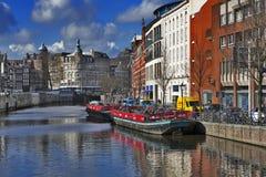 En sikt längs den Rokin kanalen i Amsterdam under dagen Arkivbilder