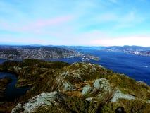En sikt in mot en norsk arhipelag för västra sida Arkivbilder