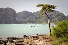 En sikt in mot pir på Ko Phi Phi, Thailand Royaltyfri Bild