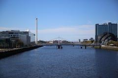 En sikt ner floden Clyde, Glasgow, Skottland, UK Royaltyfri Bild