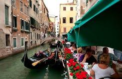 En sikt på en kanal med gondoler i Venedig Arkivfoto