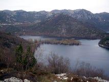 En sikt på en Rijeka Crnojevica närliggande Cetinje royaltyfri bild