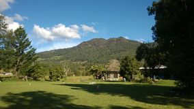 En sikt på ett berg med blåa himlar Royaltyfri Fotografi