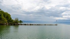 En sikt på sjöGenève från Preverenges, Schweiz arkivfoton