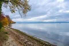 En sikt på sjöGenève från Preverenges Schweiz royaltyfria foton