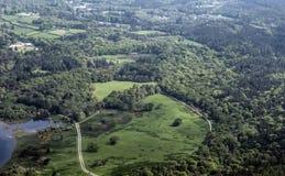 En sikt på skogen och staden uppifrån av berget royaltyfri bild