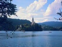 En sikt till den blödde kyrkliga sjön Arkivfoto