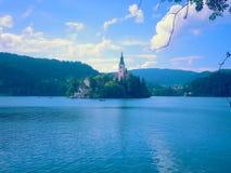 En sikt till den blödde kyrkliga sjön royaltyfri bild
