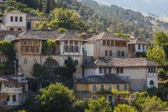 En sikt till den gamla staden av Gjirokaster, UNESCOarv Arkivfoto