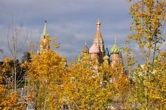 En sikt till MoskvaKreml och StBasils domkyrka arkivfoton