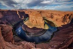 En sikt till staden för sida för hästskokrökninggränsmärke den near i Arizona, USA royaltyfria foton