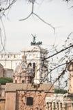 En sikt till Vittoriano från Roman Forum fotografering för bildbyråer