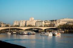 En sikt till Waterloo bro- och SHELL-mex byggnad från den södra banken, London Arkivfoton