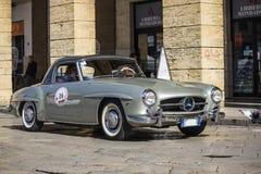 En silver 1955 byggde Mercedes-benz på vägen Arkivbilder