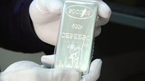 En silverstång som äger värdet av insättningen stock video