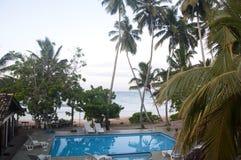 En simbassäng på en strandsemesterort i Sri Lanka royaltyfri foto