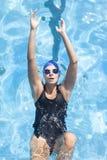 En simning för ung kvinna i pölen royaltyfri fotografi