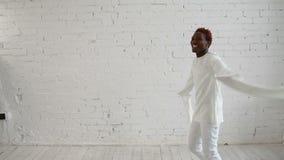En sinnessjuk svart man i hans forties som bär a arkivfilmer