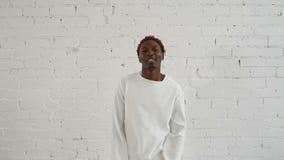En sinnessjuk svart man i hans forties som bär en tvångströja, dansar och har gyckel arkivfilmer