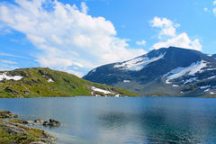 En sjö i berg royaltyfria foton