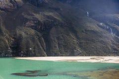 En sjö i den Huascaran nationalparken Royaltyfria Bilder