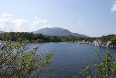 En sjö med en sikt på bergen arkivbild