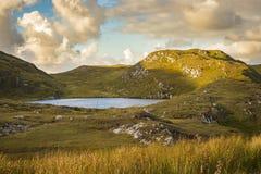 En sjö nära klipporna på Slibh Liag, Co Donegal royaltyfri foto