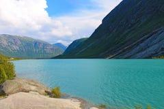 En sjö och berg arkivbild