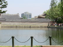 En sjö och byggnader i Seoul, Sydkorea Arkivbilder