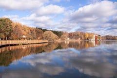 En sjö och en glas- yttersida för reflexionsmoln av vattnet arkivbilder