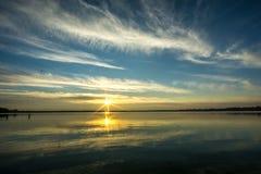 En sjö på soluppgång Arkivbild