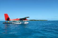 En sjöflygplan av Maldivian Air Taxi landas på det härliga havet royaltyfria foton