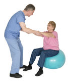 Sjuksköterskan sjukgymnastik, mognar den höga gammalare kvinnan Royaltyfria Bilder